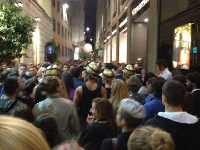 Folla di persone in Via della Spiga