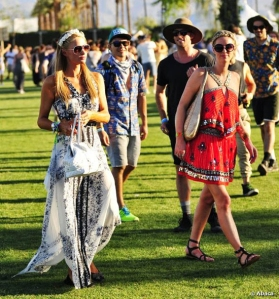Paris e Nicky Hilton in pieno stile hippy