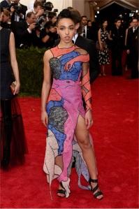 FKA TWIGS mostra orgogliosa un pene sul vestito